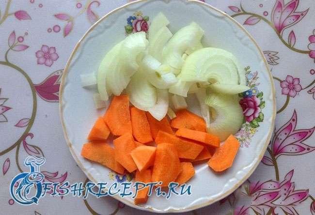 лук с морковью в тарелке